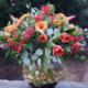Pecera con tulipanes, germini y eucalipto
