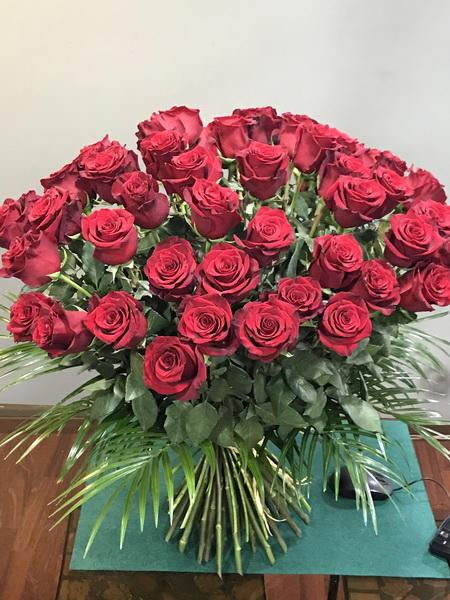 Ramo con 50 rosas rojas de tallo largo